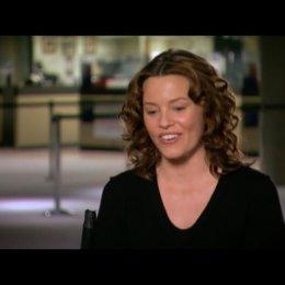 Elizabeth Banks (Lara Brennan) über Russel Crowe - OV-Interview Poster