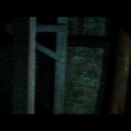 Die Gruppe sucht nach einem versteckten Raum im Keller - Szene
