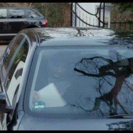 Carlos engagiert Vera als Fahrerin - Szene Poster