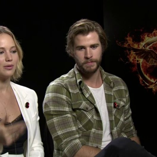 Jennifer Lawrence - Katniss Everdeen - und Liam Hemsworth - Gayle Hawthorne - über die Sets - OV-Interview Poster