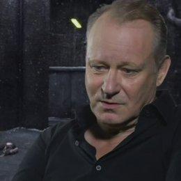 STELLAN SKARSGARD - Seligman - ob der Film für ihn kontrovers ist - OV-Interview