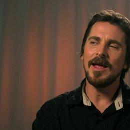 Christian Bale - Irving Rosenfeld -  über das Improvisieren am Set - OV-Interview