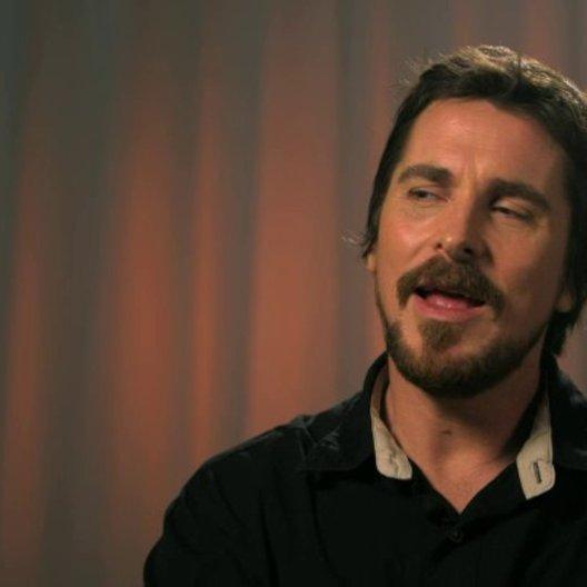 Christian Bale - Irving Rosenfeld -  über das Improvisieren am Set - OV-Interview Poster