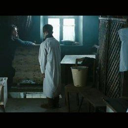 Die Bäuerin Magda hilft Jurek - Szene Poster