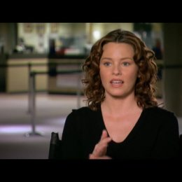 Elizabeth Banks (Lara Brennan) über Regisseur Paul Haggis - OV-Interview Poster
