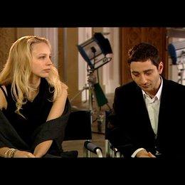 Petra Schmidt-Schaller und Denis Moschitto (Gabi und Ali) über den Familienurlaub - Interview Poster