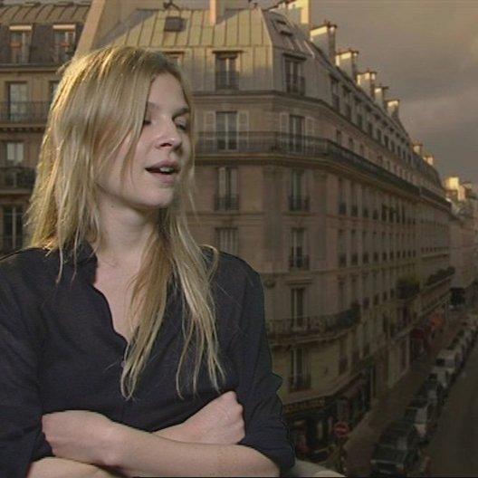 Clemence Poesy - Pauline Laubie - über die persönlichen Schwächen der einzelnen Figuren - OV-Interview Poster