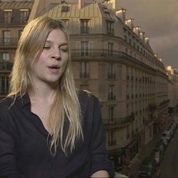 Clemence Poesy - Pauline Laubie - über die Hauptfigur Matthew Morgan und ihre Figur Pauline - OV-Interview Poster