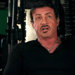 Sylvester Stallone -Barney Ross- über die Erhöhung der Messlatte mit The Expendables 2 - OV-Interview Poster