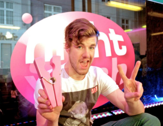 "Luke Mockridge als Host im Comedy-Waschsalon ""NightWash"" © BRAINPOOL Live Entertainment / Guido Schröder"