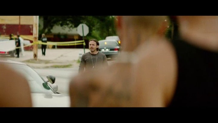 Chris gerät am Tatort mit einer Bande aneinander - Szene Poster