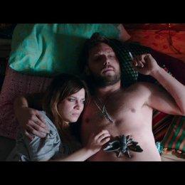 Karo und Phillip liegen im Bett und reden über Karos Kündigung - Szene Poster