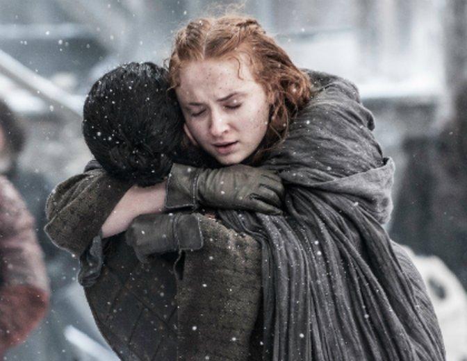 Jon umarmt seine Halbschwester (oder vielleicht auch Cousine) Sansa. © HBO