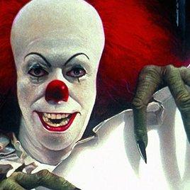 """Neustes Bild zum """"Es""""-Remake enthüllt Clown Pennywise in voller Pracht!"""