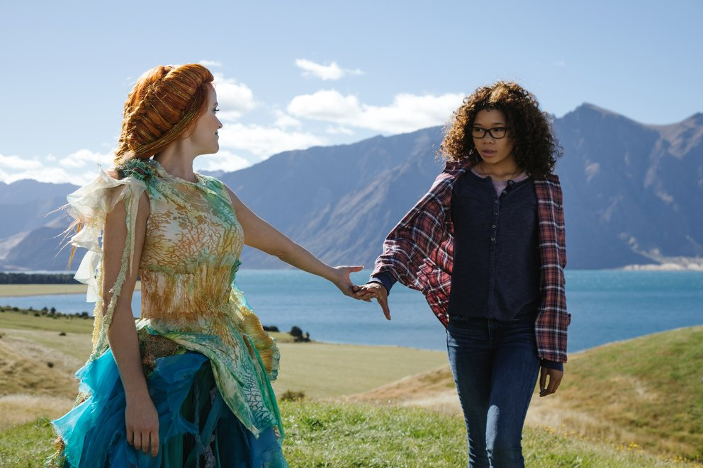 """Reese Witherspoon als Frau Wasist und Strom Reid als Meg Murry in der Romanverfilmung """"Das Zeiträtsel"""" © Disney"""