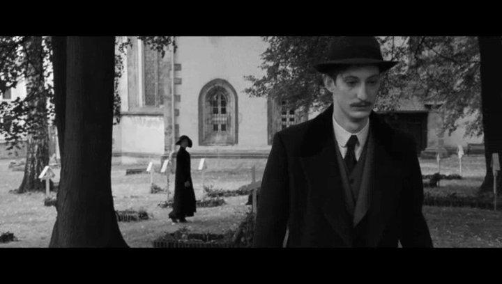 Anna beobachtet einen Freund an Frantz Grab - Szene Poster
