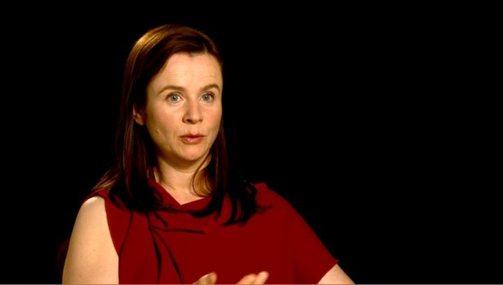 Emily Watson (Rosie Narracott) über das internationale Ensemble - OV-Interview Poster