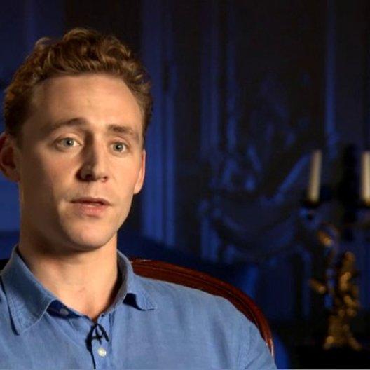 Tom Hiddleston (Capt Nicholls) über seine Erfahrungen bei der Zusammenarbeit mit Pferden - OV-Interview Poster