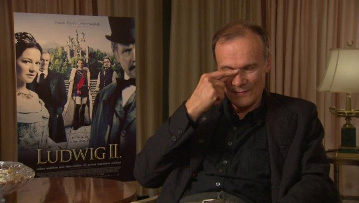 Edgar Selge darüber, wie die Maske seine Verwandlung zu Richard Wagner unterstützt hat - Interview Poster