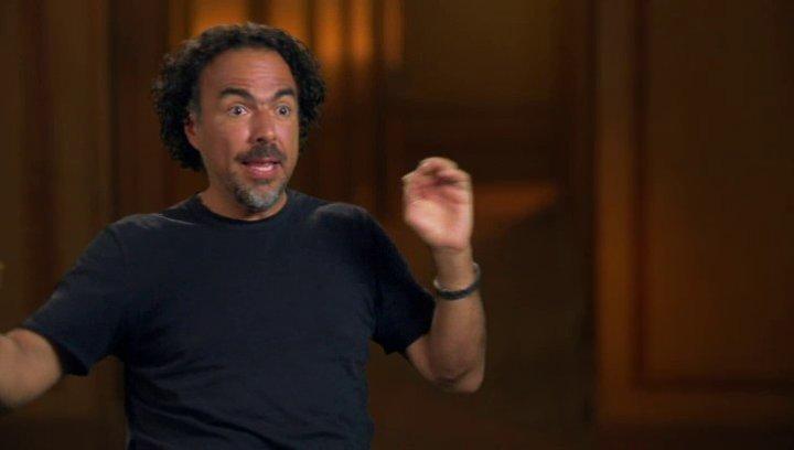 Alejandro González Inárritu (Regisseur  Autor  Producer) darüber, die Besetzung auf das Single Take Experiment vorzubereiten - OV-Interview Poster