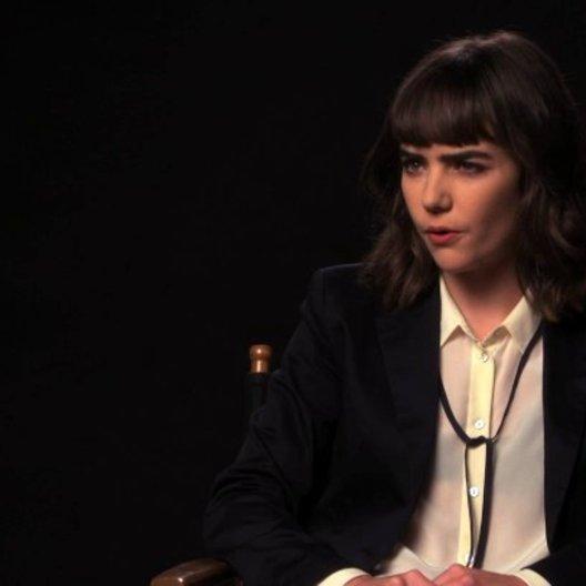 Ana Coto über Sarahs Glauben an das Ouijabrett - OV-Interview Poster
