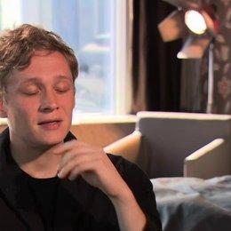 Matthias Schweighöfer über Totos Einfluss auf Paul - Interview Poster
