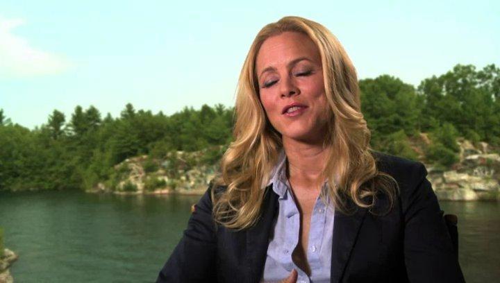 Maria Bello über den Dreh als Sommerlager - OV-Interview Poster
