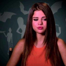 Selena Gomez über die Zusammenarbeit mit Adam Sandler - OV-Interview Poster