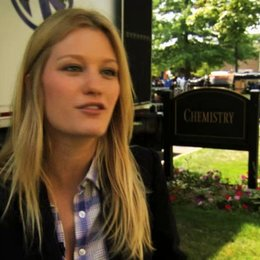 Ashley Hinshaw über Emily und Wen - OV-Interview Poster