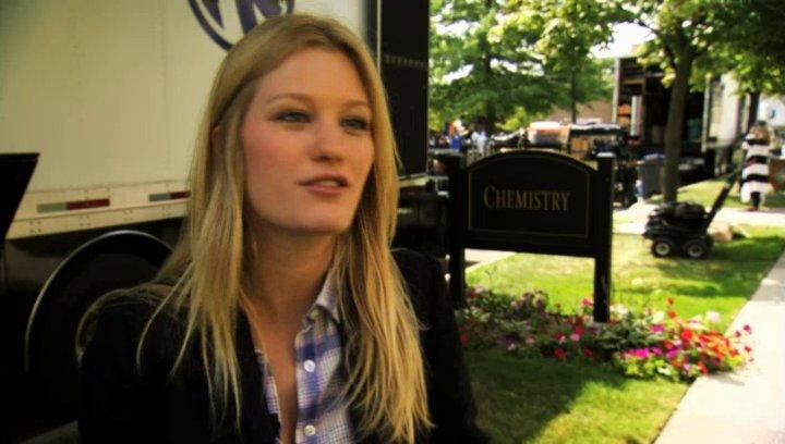 Ashley Hinshaw über Emily und Wen - OV-Interview Poster