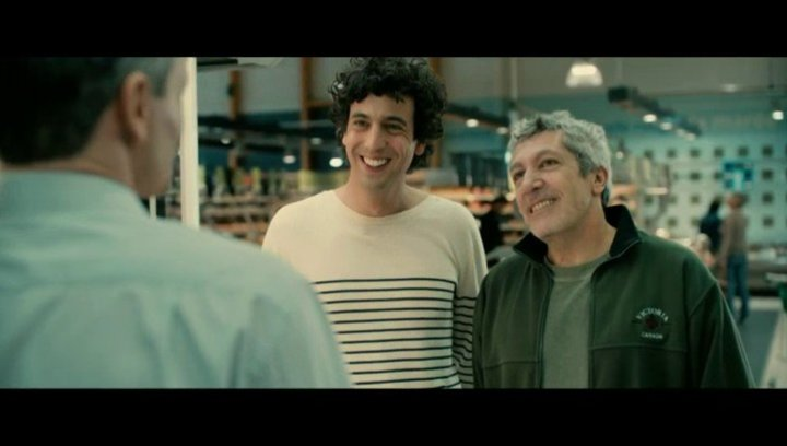 Der Schwiegervater in spe Gilbert (Alain Chabat) möchte Thomas (Max Boublil) von seinen Hochzeitsabsichten abbringen - Szene Poster