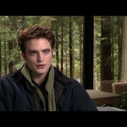 Robert Pattinson (Edward Cullen) - über die Hochzeitsszene - OV-Interview Poster