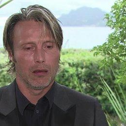 Mads Mikkelsen (Lucas) über seine Rolle - OV-Interview Poster