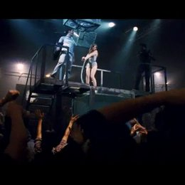 Henley steigt gefesselt in das Wasserbecken - Szene Poster