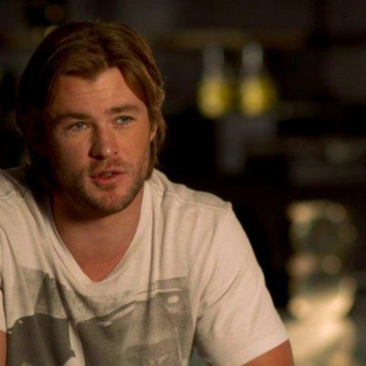 Chris Hemsworth - Thor über die Arbeit mit Robert Downey Jr - OV-Interview Poster