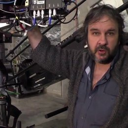 """Peter Jacksons vierter Videoblog vom """"Hobbit""""-Set: Einblicke in die 3D-Arbeit, Szenen im Düsterwald, kampfbereite Zwerge und Gandalf mit erhobenem Sch Poster"""