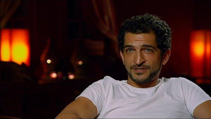 Amr Waked - Scheich Muhammed über seine Rolle - OV-Interview Poster