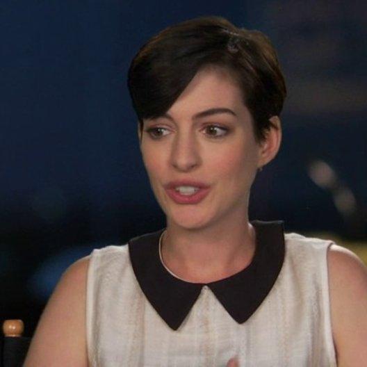Anne Hathaway - Jewel - über die Wiedervereinigung mit der Familie - OV-Interview Poster