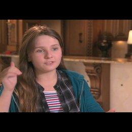 Abigail Breslin über Emma Stone - OV-Interview Poster
