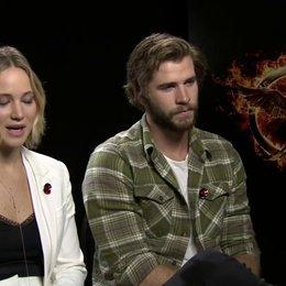 Jennifer Lawrence - Katniss Everdeen - und Liam Hemsworth - Gayle Hawthorne - über Katniss in Mockingjay Teil 1 - OV-Interview Poster