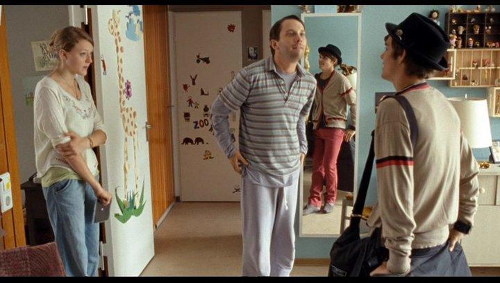 Benny besucht Radost überraschend zu Hause - Szene Poster
