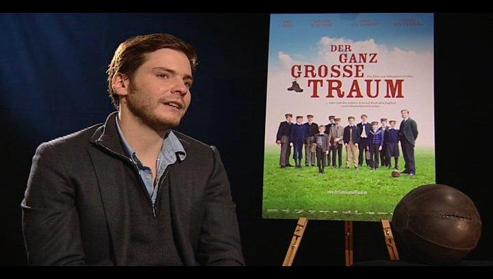 Daniel Brühl (Konrad Koch) darüber was er vor den Dreharbeiten über Konrad Koch wusste - Interview Poster
