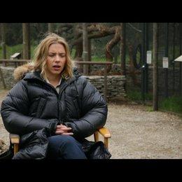 Scarlett Johansson - Kelly Foster - über die Geschichte - OV-Interview Poster
