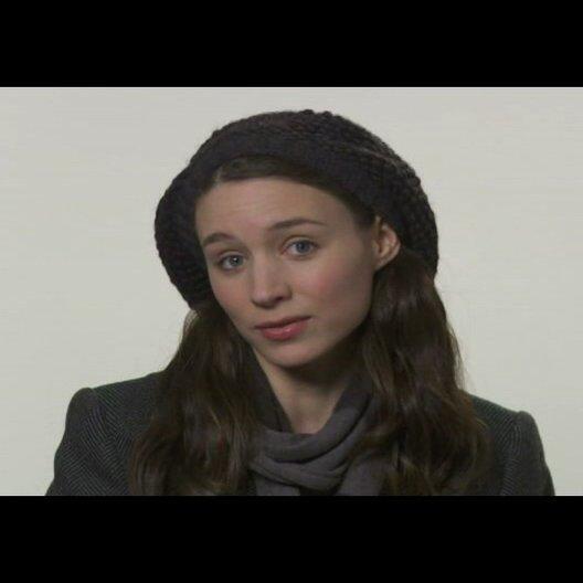 """Rooney Mara (""""Erica Albright"""") über die Schlüsselszene ihrer Figur mit der Figur des """"Mark Zuckerberg"""" in dem Film - OV-Interview Poster"""