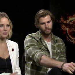 Jennifer Lawrence - Katniss Everdeen - und Liam Hemsworth - Gayle Hawthorne - über Katniss als Heldin und Symbol - OV-Interview Poster