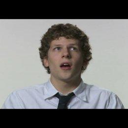 """Jesse Eisenberg (""""Mark Zuckerberg"""") über seine Dialoge im Film - OV-Interview Poster"""