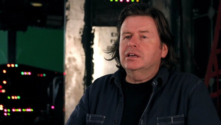 Simon West -Regie- über die echten Action-Szenen - OV-Interview Poster