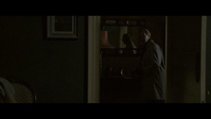 Smiley findet Rickey Tarr in seiner Wohnung - Szene Poster