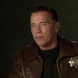 Arnold Schwarzenegger (Ray Owens) über die internationale Besetzung - OV-Interview Poster