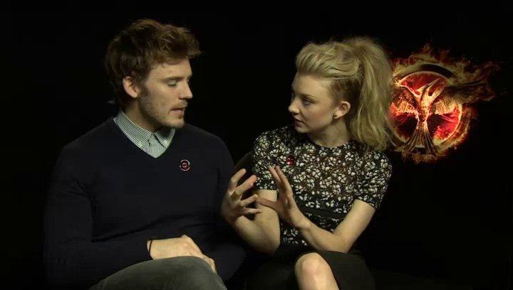 Sam Claflin - Finnik Odair - und Natalie Dormer - Cressida - über den Kern-Cast - OV-Interview Poster